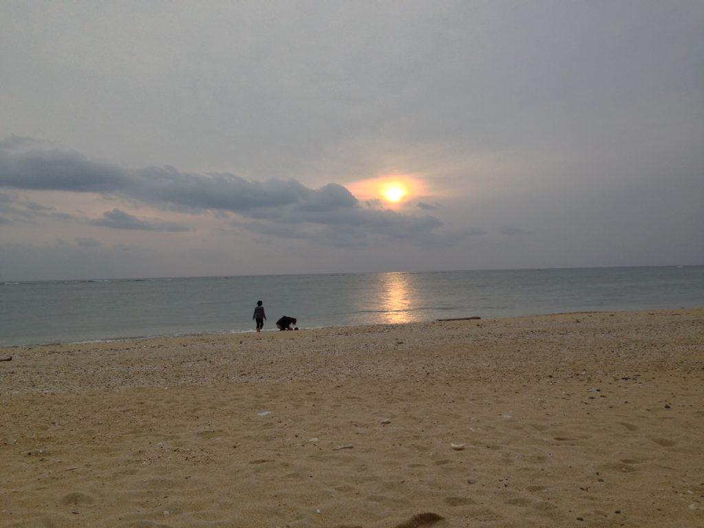 アーラ浜から見た夕日