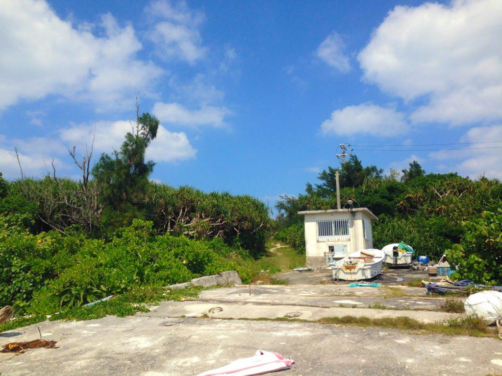 オーハ島内の建物、さらに奥に行くと昔使われていた住居がある