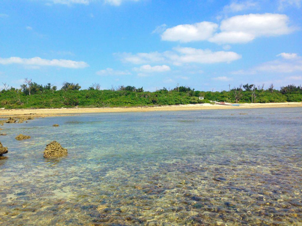 オーハ島と奥武島の間。潮が完全に引いているときは、膝下くらいの深さしかありません。