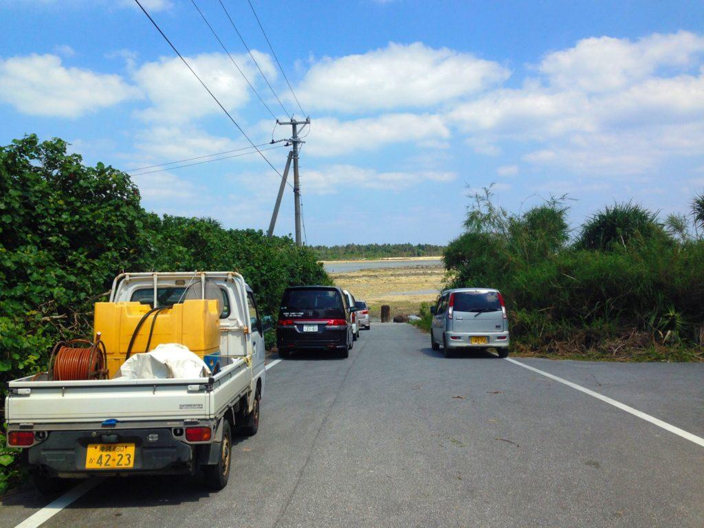 奥武島の海岸へ行く道、ここに車を止めていく