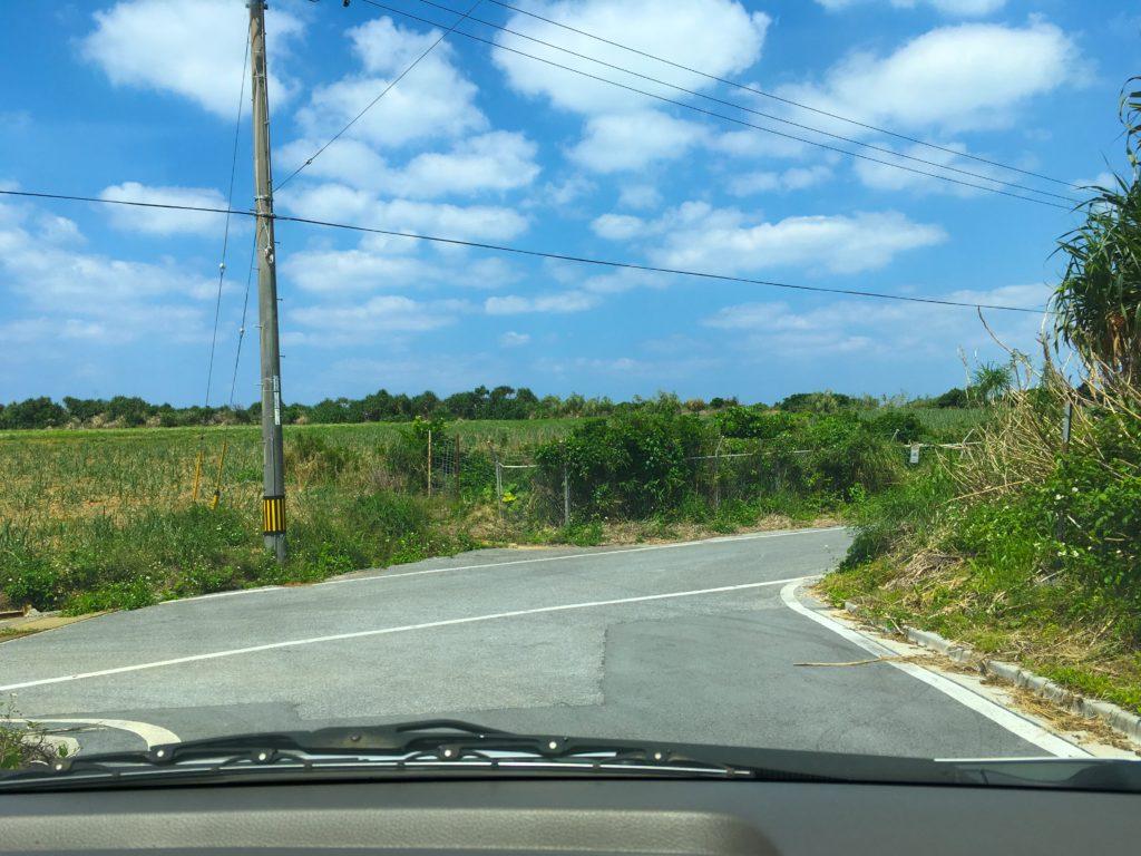 オーハ島への途中経路、奥武島の海岸へ通じるT字路