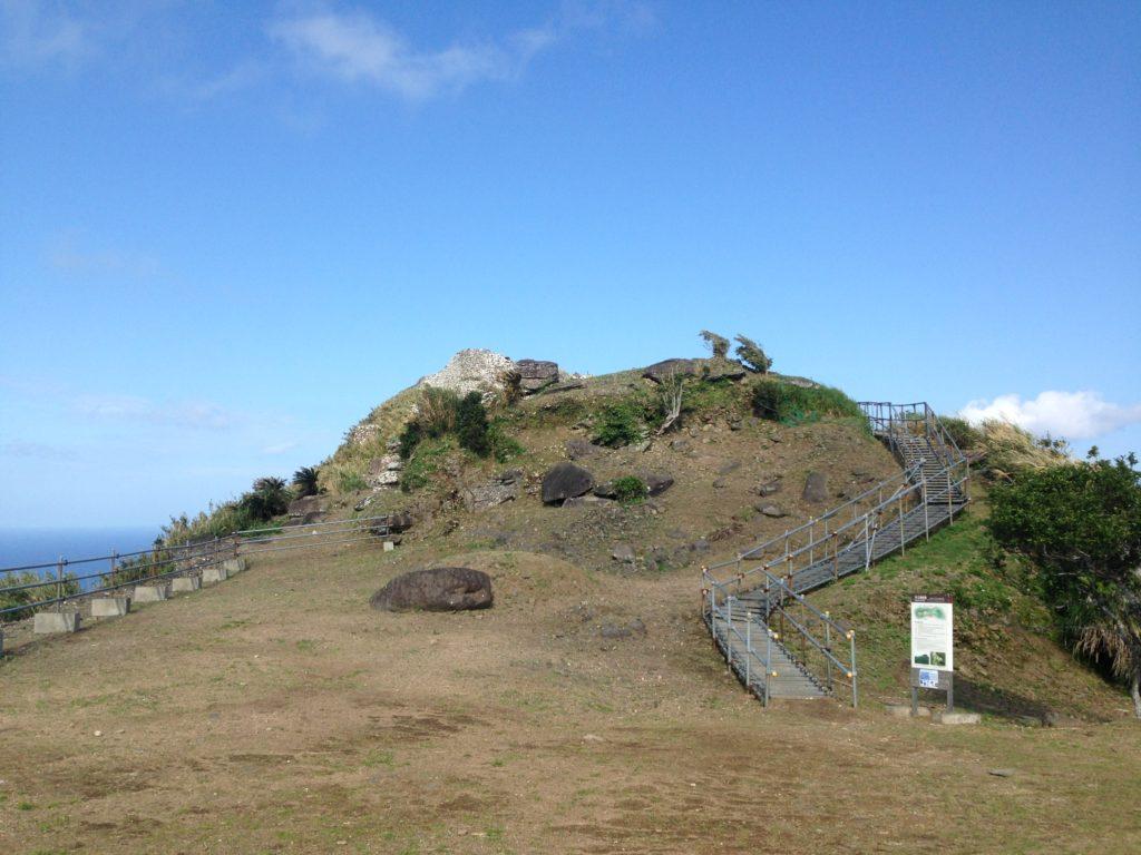 久米島最高峰の山、宇江城の頂上に位置する『宇江城城跡』