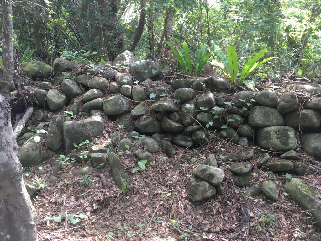 久米島一目立たない城、塩原城の城壁の跡