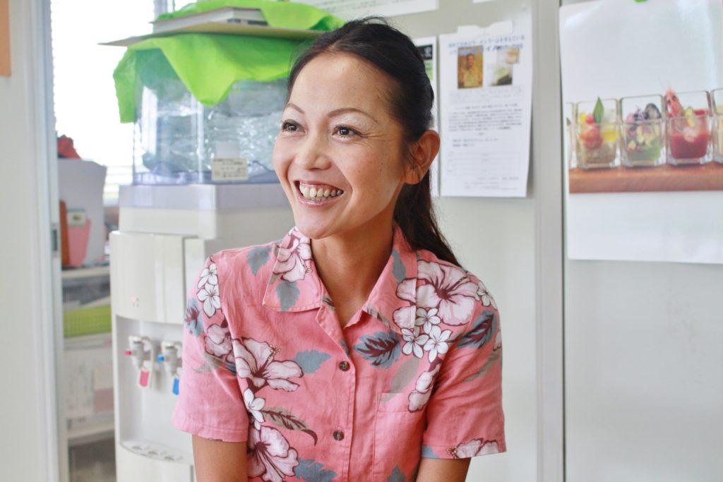 久米島で牡蠣の陸上養殖に取り組む株式会社ジーオー・ファーム社長、鷲足恭子さん