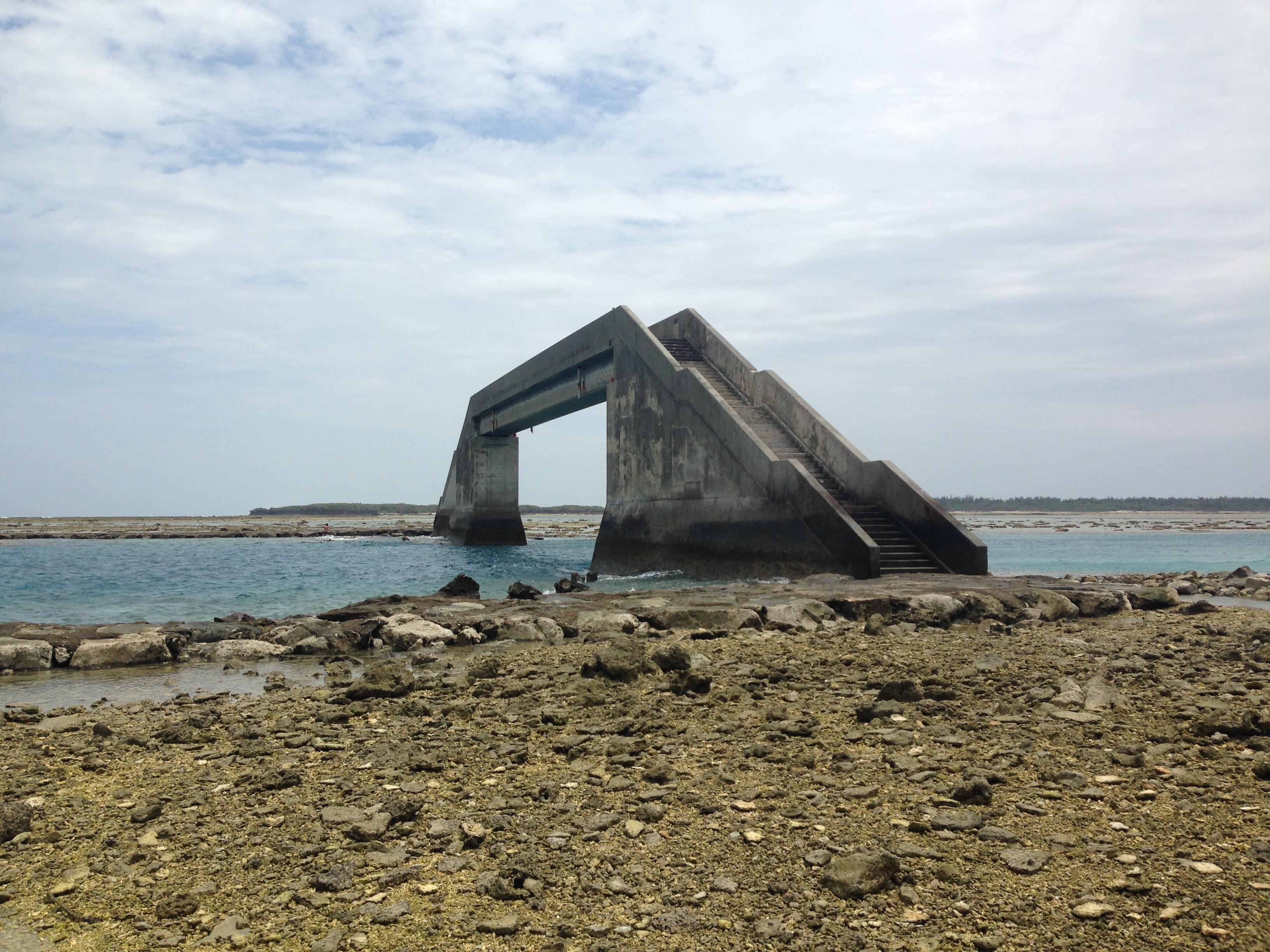 久米島、海の上にかかる橋