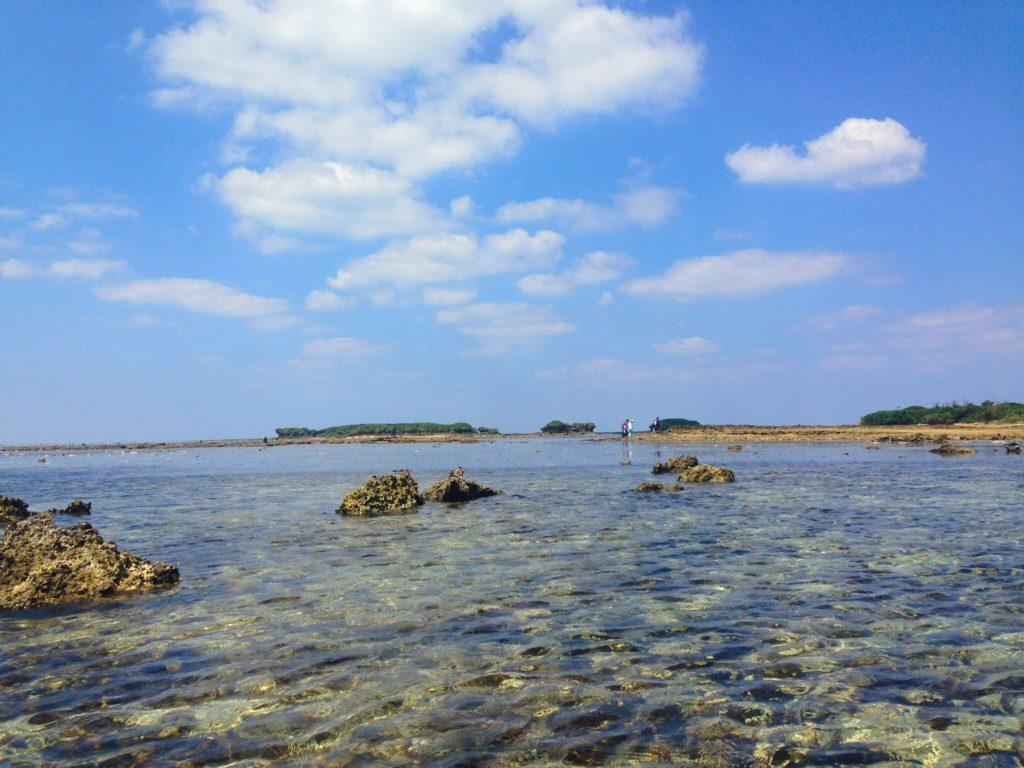オーハ島と奥武島の間の干潟の風景