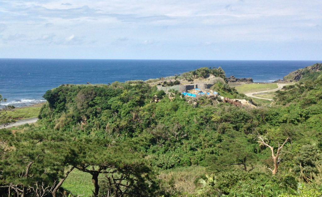 久米島の北西、海沿いに位置する具志川城