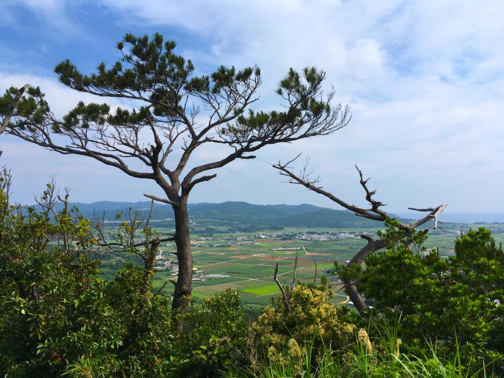 塩原城の頂上から見た風景。久米島の集落が見渡せる。