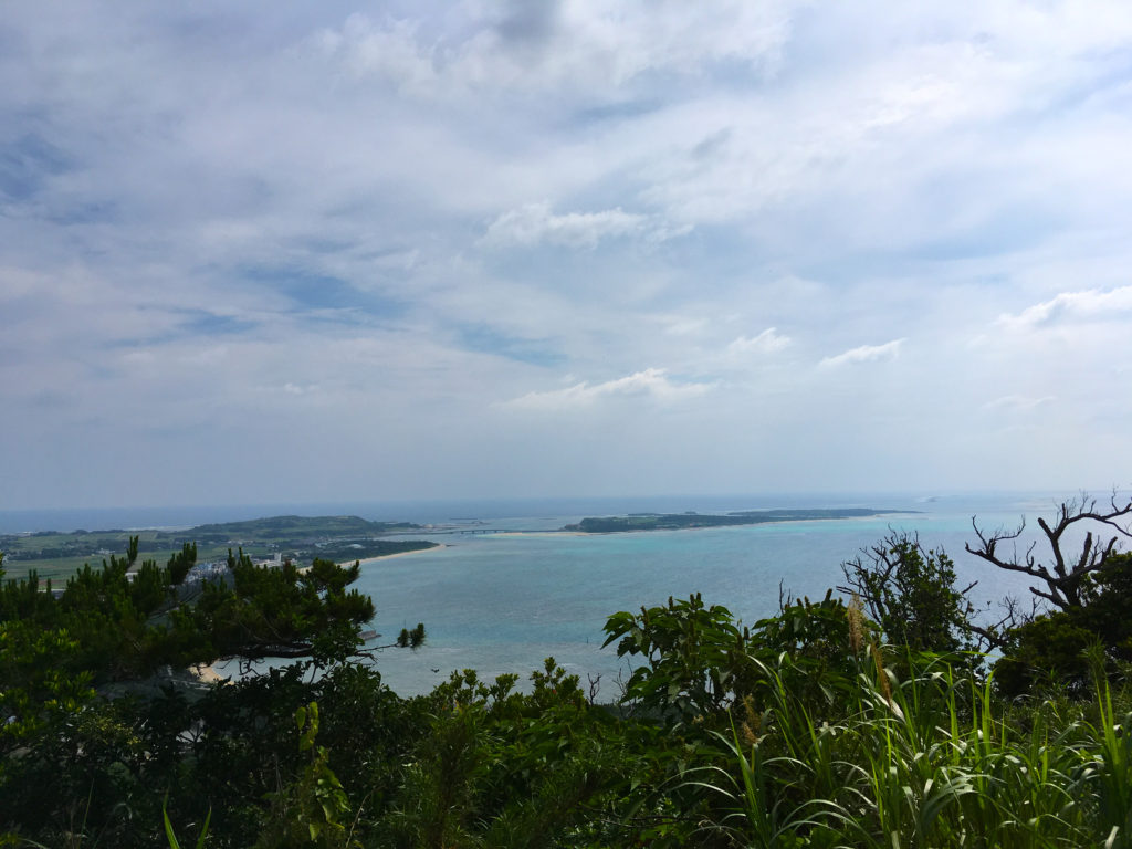 塩原城の頂上から見た風景。右手に見えるは奥武島とハテの浜。