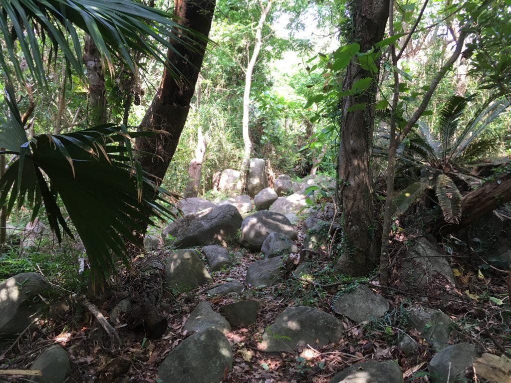 久米島一目立たない城、塩原城へ登る道。もはやただの岩場!