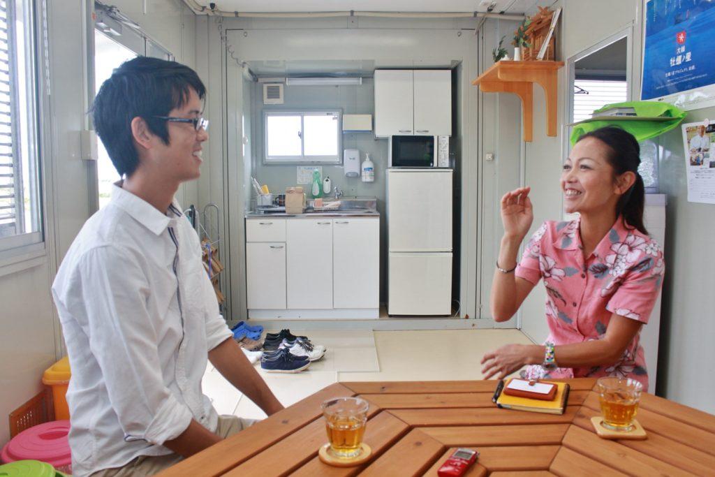 鷲足恭子さんとの対談中の様子