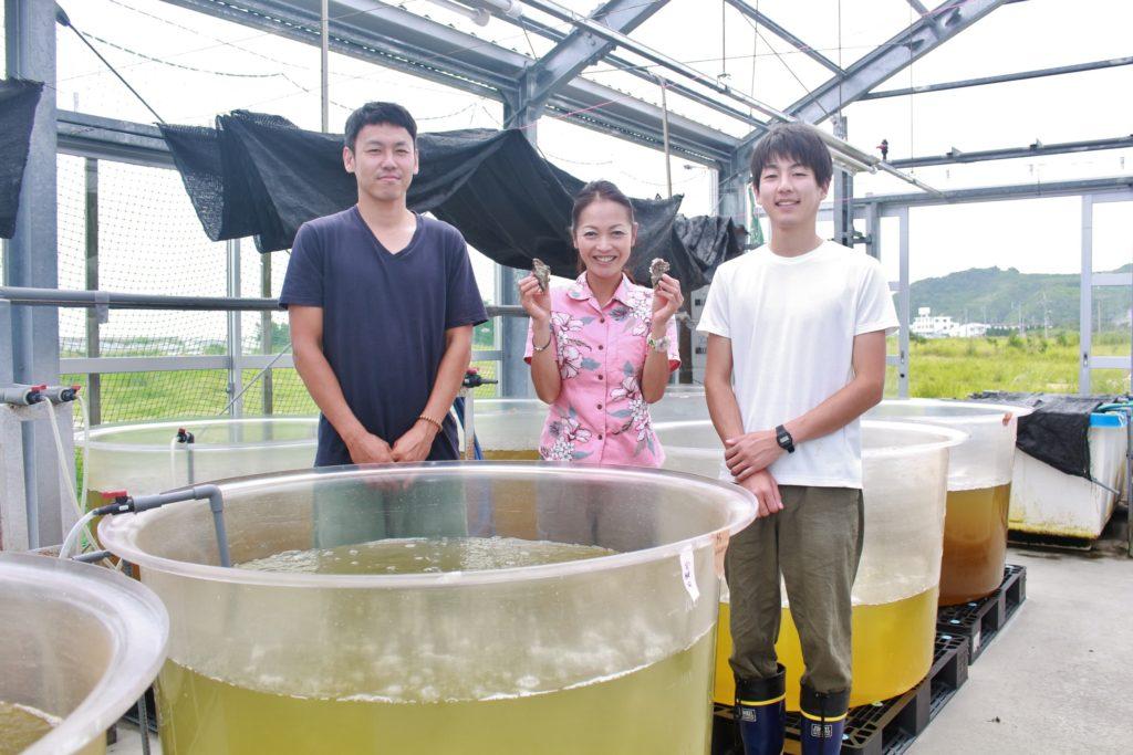 久米島で牡蠣の陸上養殖に取り組んでいるジーオー・ファームの社員のみなさん